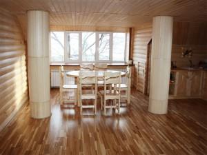 Отделка в частном доме. Кухонный стол и стулья из массива.