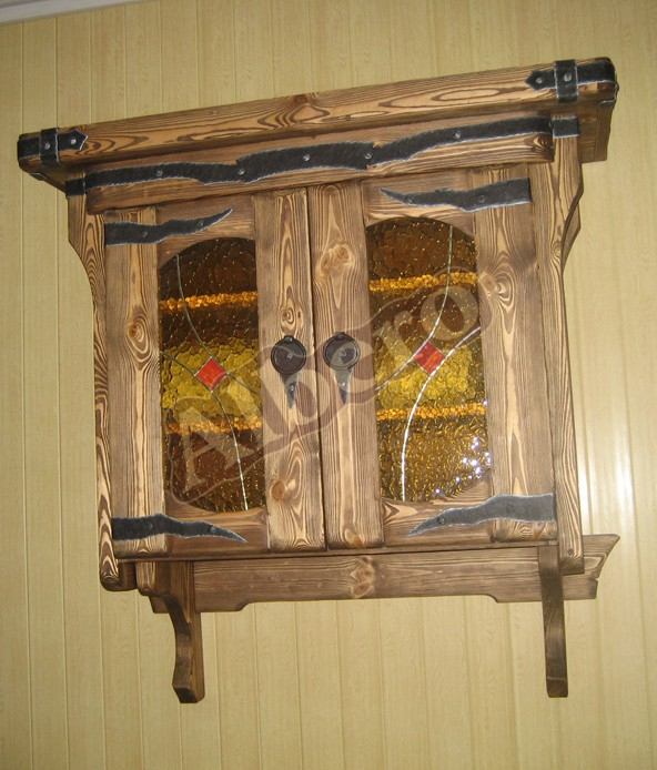 Навесной шкаф кухонного гарнитура из массива с витражом. Артикул: веб-00014